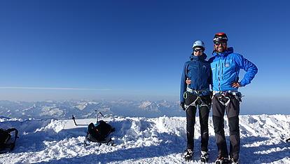 Bergführer und Gast am Gipfel des Mont Blanc