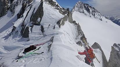 Kletterei auf die schneebedeckte Scharte