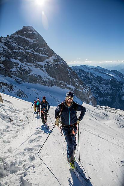 Alle an einem Seil und der Bergführer an erster Stelle
