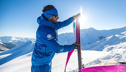 Bernhard zeigt das richtige Abfellen am Gipfel