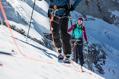 Die Gruppe ist angeseilt sicher am Seil des Bergführers