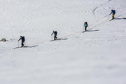 Angeseilt mit einem Bergführer im Gelände