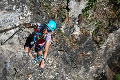 steil gesichert am Stahlseil des Klettersteig