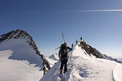 Steiler Gipfelgrat in der Schweiz