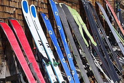 Ski und Felle trocknen in der Sonne