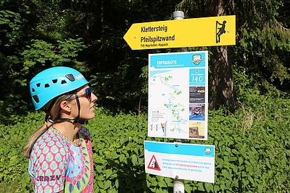 Klettersteig Pfeilspitzwand Einstieg mit Infotafel mit Route