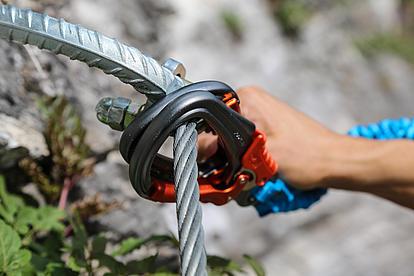 Stahlseil mit Karabiner am Klettersteig