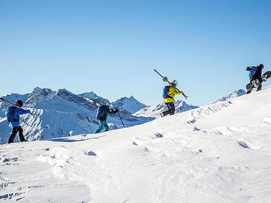 Freetouring beim Aufsteig mit Ski am Rücken