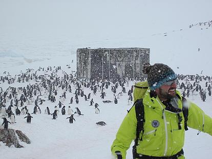 Bergführer Bernhard Neumann mit den Pinguinen